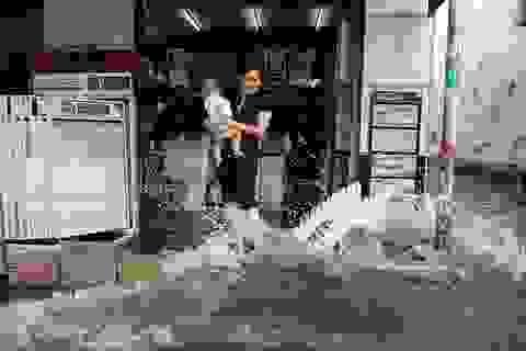 """Đường ngập sâu, giao thông """"tê liệt"""" sau cơn mưa lớn ở Sài Gòn"""