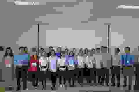 """Trao 20 suất học bổng từ cuộc đua """"Về Trường Sơn 2017"""" đến sinh viên nghèo Quảng Bình"""