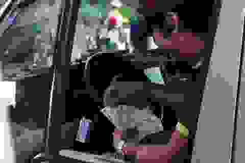 Tài xế nằng nặc bắt nhân viên trạm BOT nhận tiền lẻ dù được miễn phí