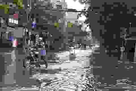 Mưa trái mùa chiều 28 Tết, nhiều tuyến đường Sài Gòn ngập lênh láng