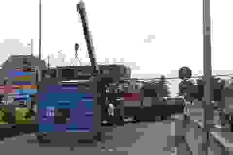 Thùng xe container rơi xuống đường, 5 người trên xe ô tô thoát chết trong gang tấc