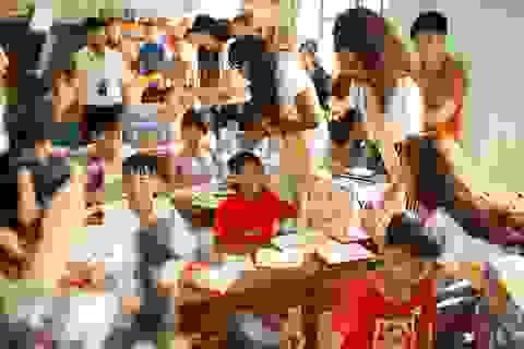 Thí sinh Miss Grand International 2017 tặng quà cho trẻ em khuyết tật