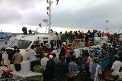 340 du khách mắc kẹt ở Lý Sơn đã vào bờ an toàn