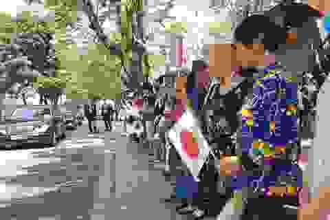 Du khách và người dân Huế háo hức đón Nhật hoàng vào thăm Hoàng Cung Huế