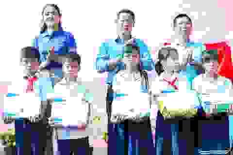 Sơn Dura cùng Á hậu Sơn Thị Du Ra trao học bổng cho trẻ em nghèo hiếu học