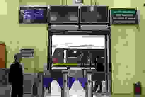 Khách đi tàu sẽ qua cổng kiểm tra soát vé tự động