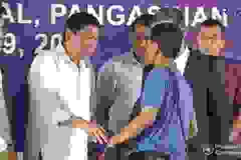 Tổng thống Philippines tiễn 5 ngư dân Việt Nam bị bắt về nước