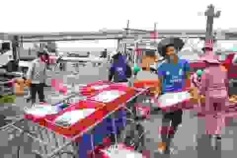 Học sinh vùng biển làm ở cảng cá, lò hấp kiếm tiền trước thềm năm học mới