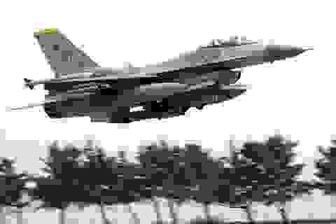 Máy bay chiến đấu Mỹ bốc cháy khi cất cánh