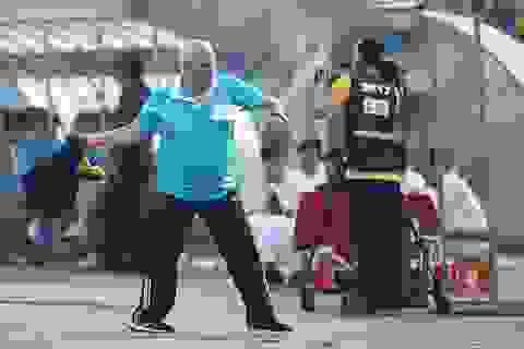 """HLV Thanh Hóa """"tẩn"""" tiền đạo Omar ngay trên sân"""