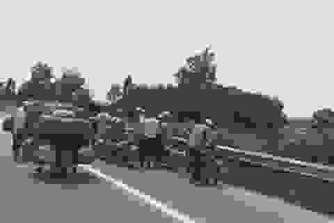Hàng loạt xe máy dính đinh lạ trên cao tốc Bắc Giang - Hà Nội