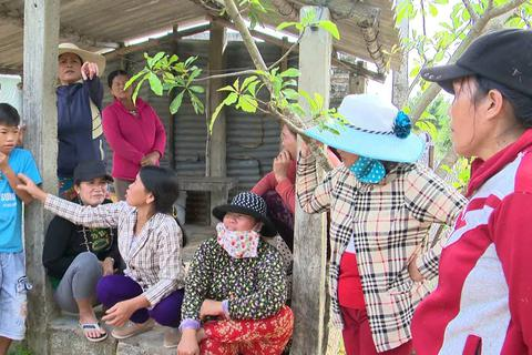 Dân bất bình vì gạo hỗ trợ người nghèo được đem chia đều