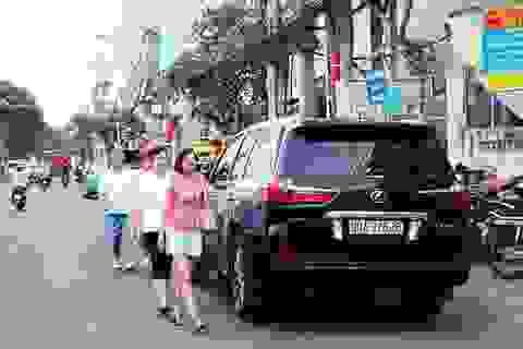 """Nha Trang: Du khách bị """"đuổi"""" xuống lòng đường ở """"phố Tây"""""""