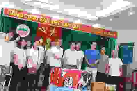 Giáo viên Nhật Bản tặng quà trẻ khuyết tật Việt Nam