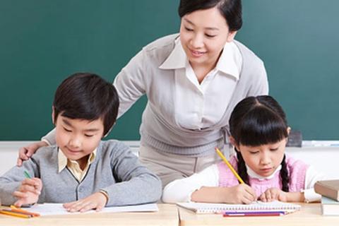 """Những giáo viên hoán đổi tên họ để """"bám"""" nghề"""