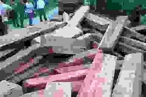 """Bị phát hiện, tài xế xe ben """"phi tang"""" thẳng 20m3 gỗ lậu xuống... đường"""
