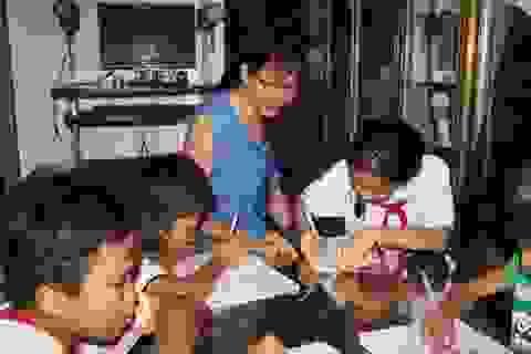 Cảm phục người phụ nữ 8 năm dạy chữ miễn phí cho trẻ em bán vé số