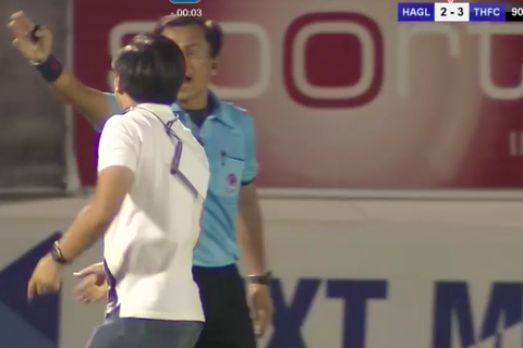 Trưởng đoàn HA Gia Lai xin lỗi vì lao vào sân phản ứng trọng tài