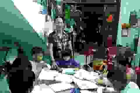 Bà giáo về hưu mở lớp dạy chữ miễn phí cho trẻ em nghèo