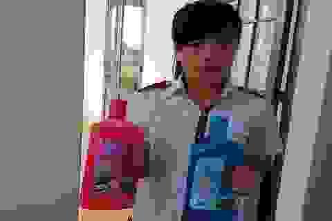 Học sinh dân tộc thiểu số chế tạo sữa tắm từ cây dại trong vườn