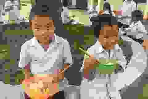 Cô giáo vùng cao nấu cơm cho hàng trăm học trò nghèo