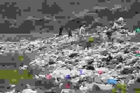 Khốn khổ vì bãi rác rộng cả nghìn mét vuông nằm trên đỉnh đồi