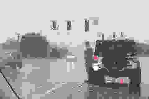 """Hành động đẹp của người lính trong cơn mưa tầm tã """"gây sốt"""" cộng đồng mạng"""