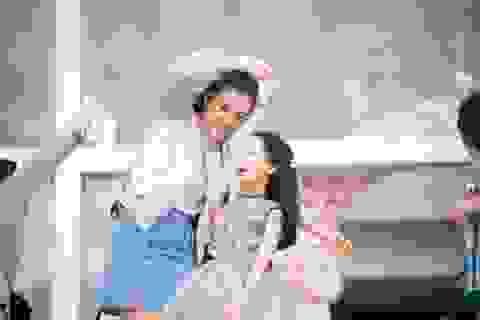 """Á hậu Hoàng Oanh thấy mình """"trẻ gần chục tuổi"""" khi dẫn Vietnam Idol Kids"""