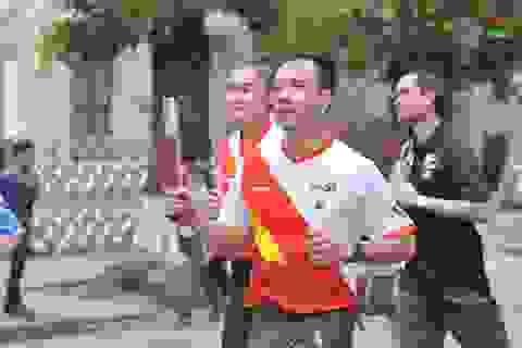 Hoàng Xuân Vinh dẫn đầu đoàn chạy tiếp sức ủng hộ SEA Games