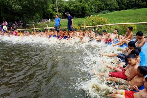Ngăn kênh thủy lợi dạy bơi cho học sinh vùng lũ