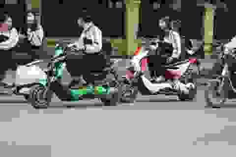 """Học sinh đi xe máy đến trường: Quản không được thì """"thả""""?"""