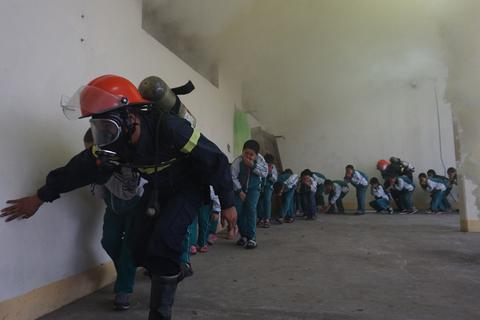 Trang bị kỹ năng thoát hiểm khi có cháy cho học sinh tiểu học