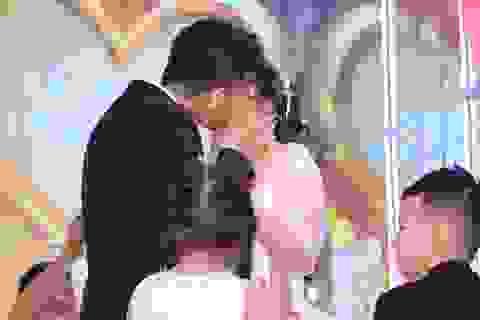 """Chồng kém 7 tuổi đắm đuối hôn Lê Phương """"cả phút"""" trong tiệc cưới"""