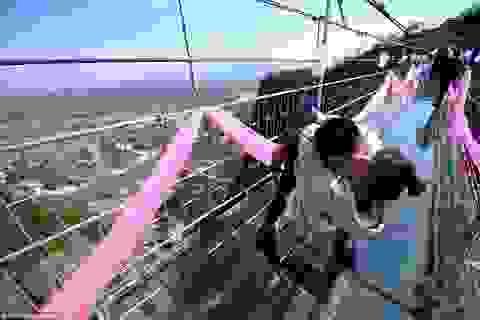 Bất chấp sợ hãi, các cặp đôi hôn nhau lãng mạn trên cầu đáy kính