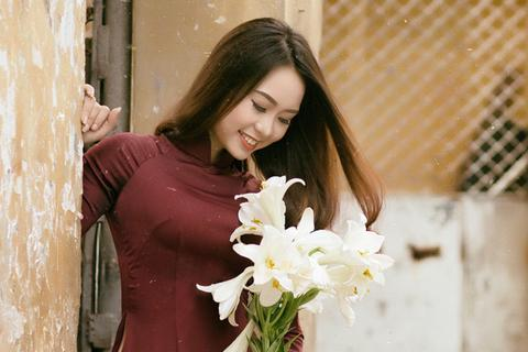 Á khôi Đại học Nội vụ yêu kiều bên sắc hoa loa kèn