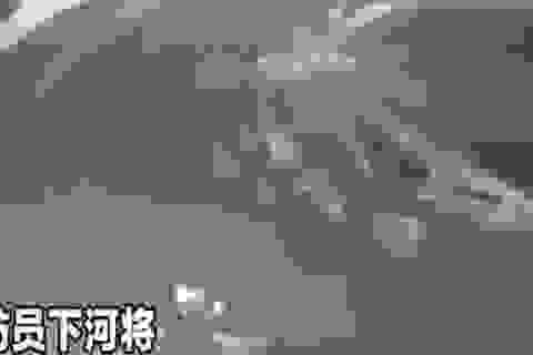 """""""Khốn khổ"""" vì nhảy xuống sông tự tử mà mãi không chìm được"""