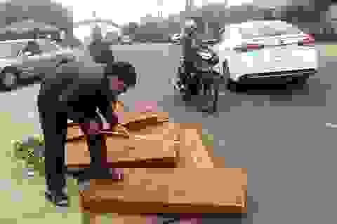 Bị truy đuổi, tài xế đẩy gỗ quý xuống đường để tẩu thoát