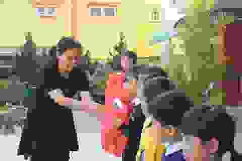 125 phần quà Nhân ái đến đồng bào, học sinh nghèo ở Lâm Đồng