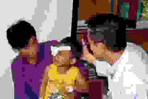 Bé 2 tuổi suýt nổ mắt vì trúng đạn bi súng tự chế