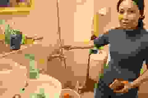 """Dân chung cư Thủ đô đủ """"chiêu"""" đối phó khi thiếu nước sạch"""