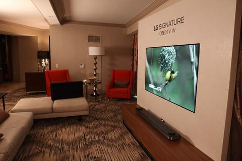 TV OLED mỏng dính của LG gây ấn tượng tại CES 2017