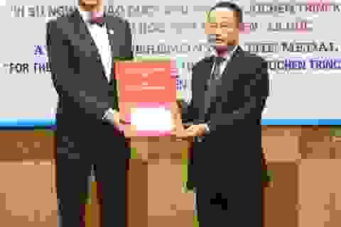Giáo sư Jochen Trinckauf nhận Kỷ niệm chương vì sự nghiệp giáo dục