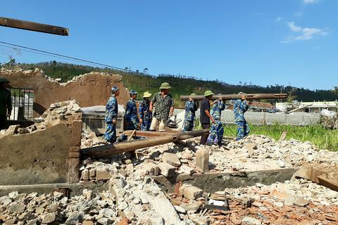 Cảnh sát biển căng mình giúp dân khắc phục hậu quả do bão số 10