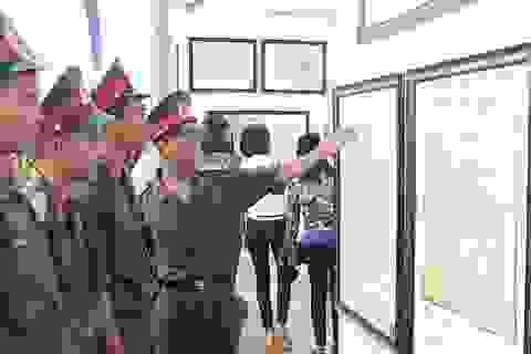 """Đội mưa dự Triển lãm bản đồ và tư liệu """"Hoàng Sa, Trường Sa của Việt Nam"""""""
