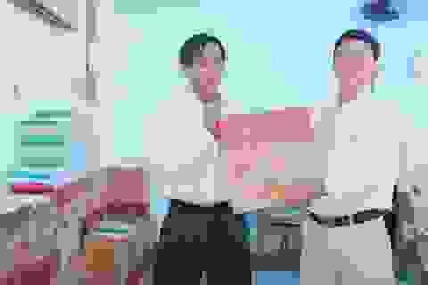 Một người dân bỏ tiền túi trao tặng hàng ngàn cuốn vở cho học sinh nghèo