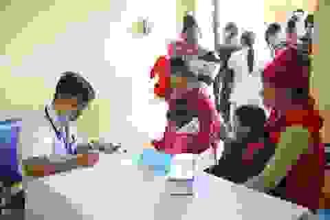 Khám bệnh, phát thuốc miễn phí cho gần 1000 trẻ em vùng lũ Trạm Tấu
