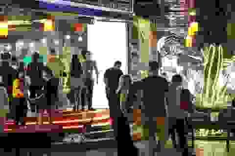 """Du khách nước ngoài hân hoan đón năm mới ở """"phố Tây"""" Nha Trang"""