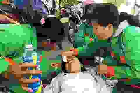 Công nhân vệ sinh cứu người gặp nạn trên đại lộ