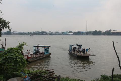 Va chạm tàu trên sông, 2 vợ chồng thương vong