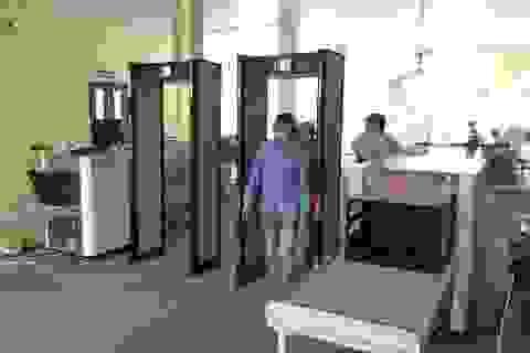 Vào trụ sở UBND TPHCM phải đi qua cổng từ, máy soi